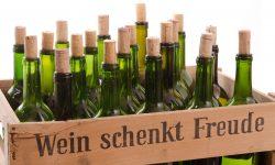 Kiste mit Weinflaschen